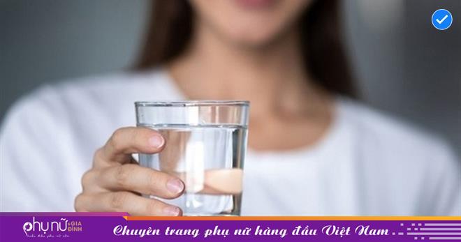 Uống quá nhiều nước có thể dẫn đến tử vong vì ngộ độc nước và đây là cách tính số ly nước cần uống mà ai cũng nên biết
