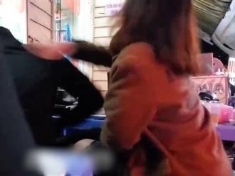 Mải chơi điện tử, thanh niên bị bạn gái đánh, tát túi bụi giữa quán lẩu
