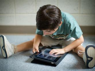 Chơi iPad có thể khiến cơ và xương của trẻ phát triển không bình thường