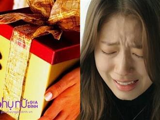 Nhận món của hồi môn của mẹ kế trước ngày cưới, cô gái bưng mặt khóc nức nở