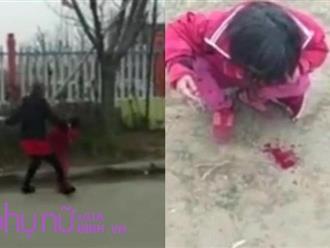 Clip sốc: Mẹ đánh con nôn ra máu ngay trước cổng trường học