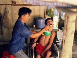 Người đàn ông ở rể chăm sóc mẹ vợ bệnh tật, nuôi 3 đứa cháu tật nguyền của vợ