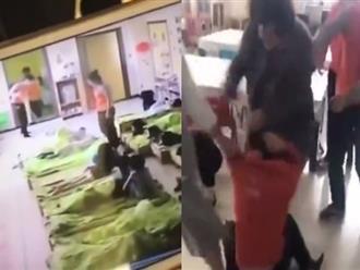Clip: Phụ huynh giật tóc, đá liên tục vào mặt giáo viên bạo hành học sinh