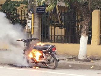 Nam thanh niên tự đốt xe máy sau màn đôi co với CSGT
