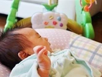 Hay treo đồ chơi để con ngắm, mẹ trẻ choáng váng khi thấy mắt con ra 'nông nỗi' này