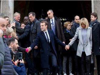 Chuyên gia nhận xét ngôn ngữ cơ thể của vợ chồng tổng thống đắc cử Pháp
