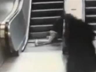 Clip: Cậu bé 9 tuổi bị kéo 1 chân vào thang cuốn và cái kết không ai ngờ đến