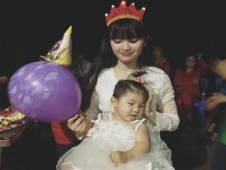 Mẹ nuôi 9x tổ chức sinh nhật hoành tráng cho em bé Lào Cai, tiết lộ người chăm sóc bé thật sự