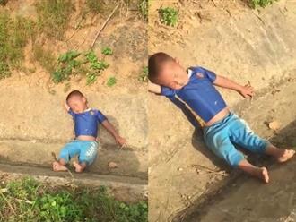 """Mải mê """"hóng biến"""", cậu bé ngủ quên luôn tại hiện trường vụ tai nạn"""