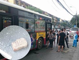 Hà Nội: Bạn gái vừa bước lên xe buýt nam thanh niên cầm gạch ném vỡ kính xe khiến một hành khách bị thương