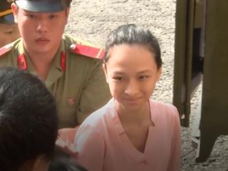 Phương Nga được mẹ động viên khi vừa bước xuống xe tù
