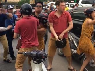 Anh Tây bị hai thanh niên xăm trổ đánh chảy máu mũi sau va chạm trên đường phố Hà Nội