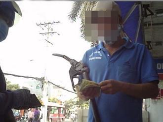 Chủ xe náo loạn trạm xăng chỉ để đòi 100 đồng tiền thừa