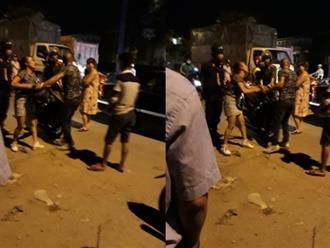 Giận nhau, cặp vợ chồng trẻ giằng co náo loạn đường phố