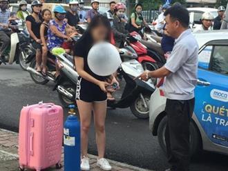 Clip sốc: Cô gái xinh đẹp quỵt tiền taxi, kéo theo bình khí, hít bóng cười rồi vạ vật giữa đường phố Hà Nội