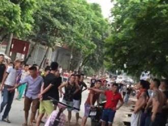 Hà Nội: Người đàn ông nghi ngáo đá cầm dao truy sát hàng loạt người
