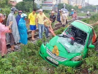 Hà Nội: Taxi mắc kẹt ở đường ray bị tàu hỏa đâm văng 20m