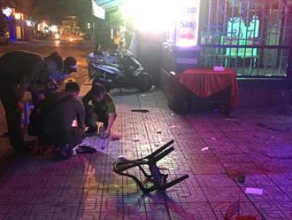 Hỗn chiến trước phòng trà ở Sài Gòn, một người bị chém lìa ngón tay