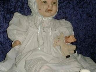 Rùng mình câu chuyện bị búp bê chân dài 'đè' khi ngủ của bà mẹ bỉm sữa 2 con