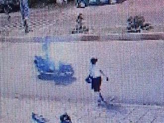 Rùng mình đoạn clip người phụ nữ băng qua đường bị xe tông văng xa hàng chục mét