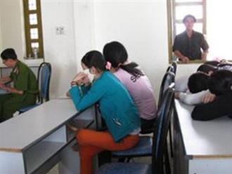 Nhóm người ngoại quốc tuyển vợ trong khách sạn ở Sài Gòn
