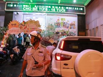 """Tiếp tục ra quân """"giành"""" vỉa hè ở Sài Gòn: Xử phạt nhiều taxi, ô tô sang lấn chiếm lề đường"""