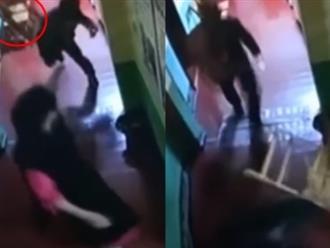 Clip: Nghi ngờ con bị đánh trong lớp học, ông bố dùng ghế ném thẳng vào đầu cô giáo
