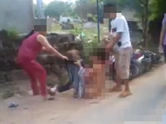 Ghen tuông, mẹ dắt 2 con đi lột đồ, đánh tình địch dã man giữa đường