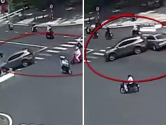 Tông vào dải phân cách, tài xế ô tô lùi xe gây tai nạn rồi bỏ chạy