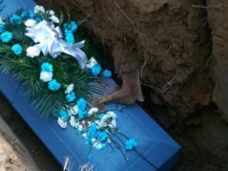 Rùng mình lý do trước khi chôn người chết không được để quan tài chạm đất