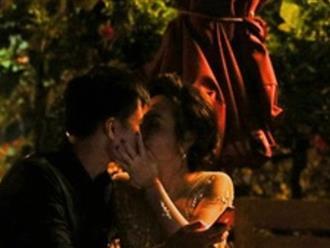 Clip: Bảo Thanh hôn chồng đắm đuối chỗ công cộng sau khi đại thắng tại lễ trao giải VTV Awards