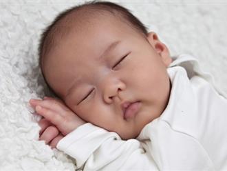 Trẻ sơ sinh thở khò khè mẹ phải làm sao?
