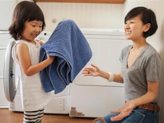 Con gái 2 tuổi đã làm việc nhà thành thạo – bà mẹ này có cách dạy con cực hay