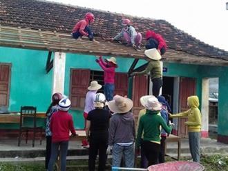 Cảm động cô giáo leo mái nhà, lợp ngói trường học sau bão số 10