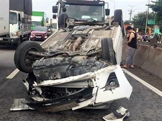 Hai vợ chồng kêu cứu trong ôtô 4 chỗ lật ngửa