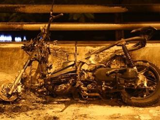 Hà Nội: Xe máy Air Blade đang đi bốc cháy dữ dội, nam thanh niên vội vã bỏ chạy