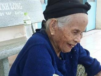Bà cụ khoảng 80 tuổi đi lạc, không nhớ mình tên gì rất mong gia đình đến đón về