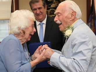 Chú rể 94 tuổi hài hước kể lại lần đầu ngủ chung với cô dâu 99 tuổi trong đám cưới