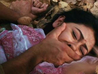 Người phụ nữ Ấn Độ bị cưỡng hiếp trước mặt chồng con: Phát hiện sự thật đầy phẫn nộ!