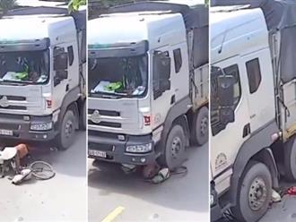 Clip sốc: Rợn người cảnh tượng cụ bà 70 tuổi nhặt ve chai bị xe tải cán tử vong thương tâm