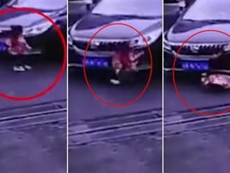 Clip sốc: Mẹ xao nhãng vài giây, bé 3 tuổi bị cuốn vào gầm xe ô tô