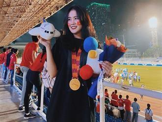 Bạn gái Đoàn Văn Hậu khoe chụp ảnh cùng với Huy chương vàng SEA Games