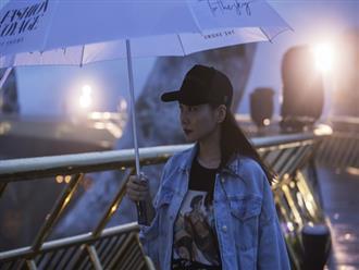 """""""Soái tỷ"""" Thanh Hằng đội mưa tập catwalk trên cây cầu đặc biệt có đôi bàn tay khổng lồ ở Đà Nẵng"""