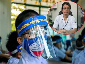 Chuyên gia cảnh báo nguy cơ cận thị, mỏi mắt nếu trẻ đeo nón tấm chắn trong lớp học, thay vào đó hãy làm tốt 3 việc QUAN TRỌNG khác