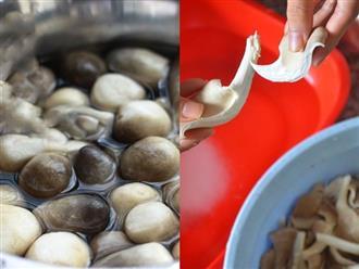 Không phải ngâm trong nước muối, đây mới là cách rửa nấm sạch bong, đẩy hết chất bẩn ra ngoài