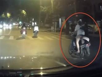 2 cô gái không đội mũ bảo hiểm, ngang nhiên thay người lái khi lưu thông trên đường