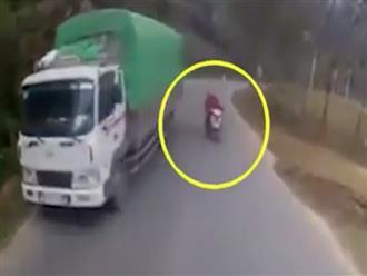 2 người phụ nữ liều lĩnh vượt xe tải, suýt gặp tai nạn đau lòng