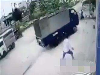 Bàng hoàng cảnh 2 em nhỏ đứng bên đường thì bị xe tải lao tới tông trúng
