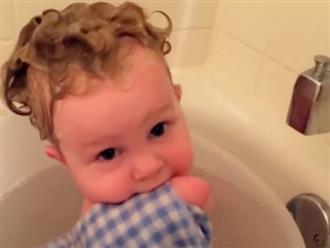 Bé gái cụt cả tay, chân tự mình rửa mặt khiến cả thế giới vừa thương vừa khâm phục