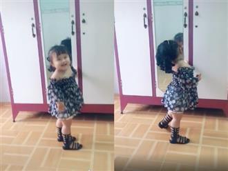 Bé gái điệu đà 'quắn quéo' trước gương sau khi mang giày mới khiến ai cũng muốn bắt về nuôi vì quá đáng yêu